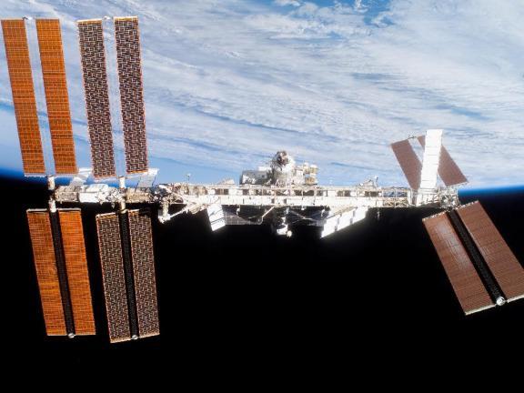 Foto de la Estación Espacial Internacional tomada desde el transbordador Discovery