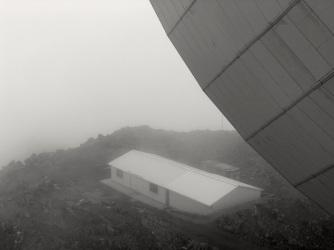 Vista por atrás de la antena desde una plataforma a la mitad de la estructura.