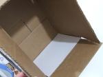Coloca una cartulina blanca en uno de los lados más distantes de la caja.