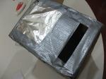 Pega el papel aluminio con cinta a los lados.