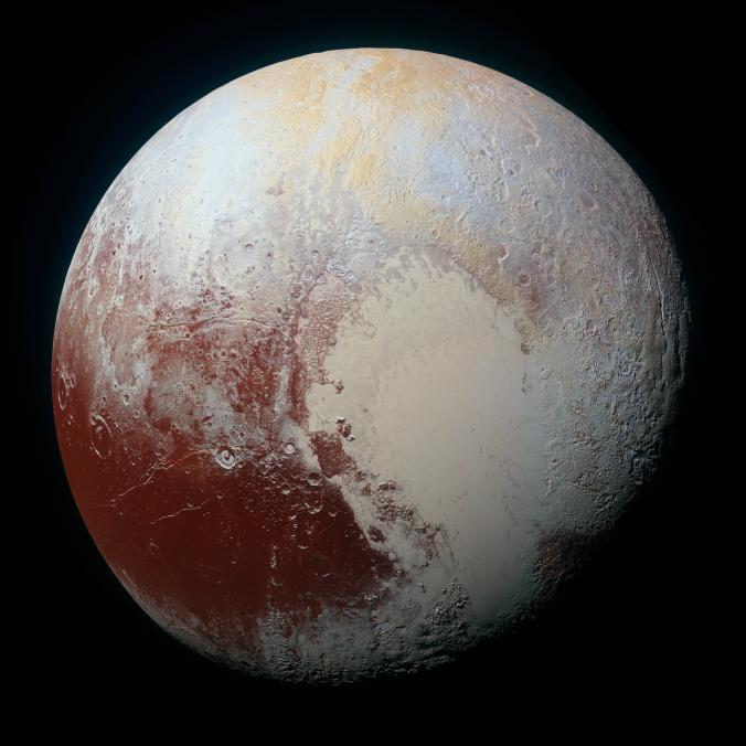 Imagen de Plutón tomada por la nave Nwe Horizons el 14 de Julio del 2015. Los colores se han exagerado para identificar estructuras. La versión de alta resolución (1km por pixel) se puede ver aquí. Crédito: NASA/JHUAPL/SwRI